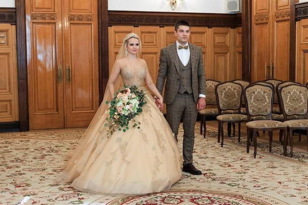 Ceremonia ślubna. urząd stanu cywilnego. para nowożeńców podpisuje dokument małżeństwa. młoda para podpisuje dokumenty dotyczące ślubu.
