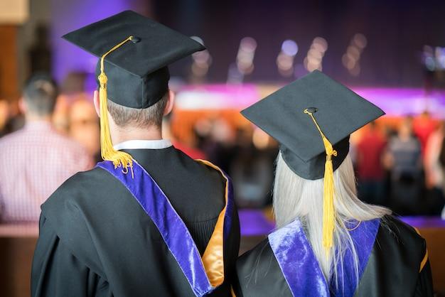 Ceremonia ukończenia szkoły z dumnymi studentami