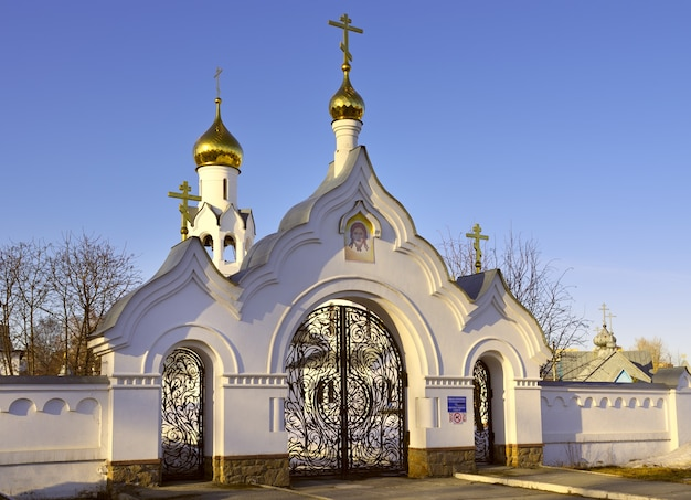 Cerkiew michała archanioła w nowosybirsku ażurowe bramy cerkwi