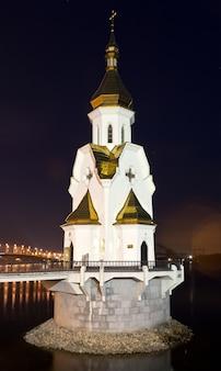 Cerkiew na wodzie nocą