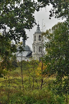 Cerkiew w letnim lesie