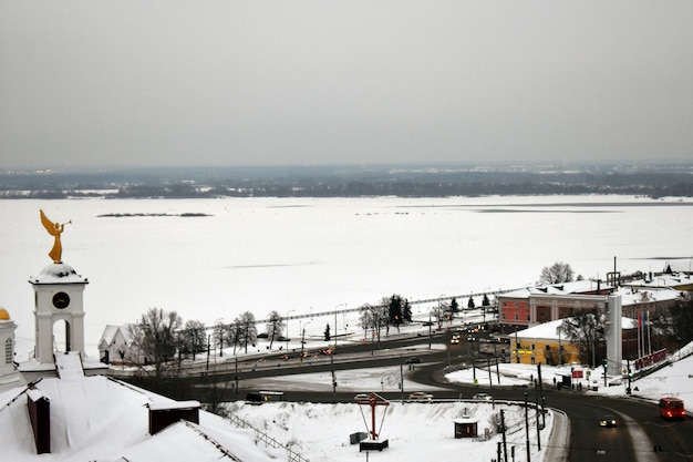 Cerkiew w zimie na śniegu. niżny nowogród