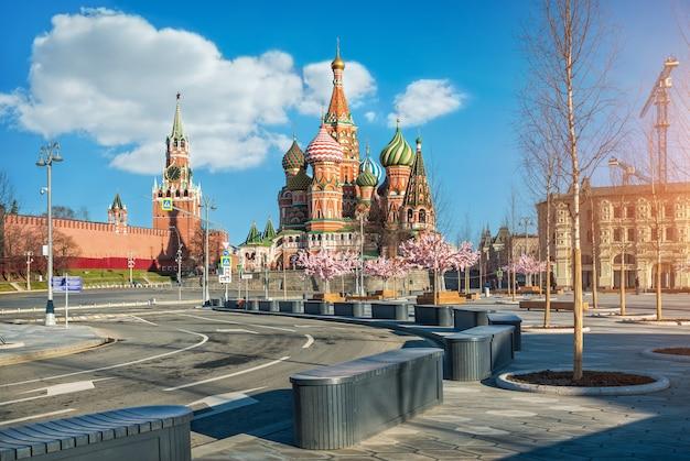 Cerkiew wasyla błogosławionego i wieża spasska w moskwie oraz drzewa w parku zariadye