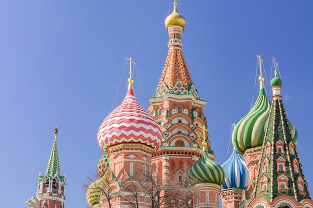 Cerkiew wasyla błogosławionego na placu czerwonym w moskwie. kopuły katedry oświetlone słońcem