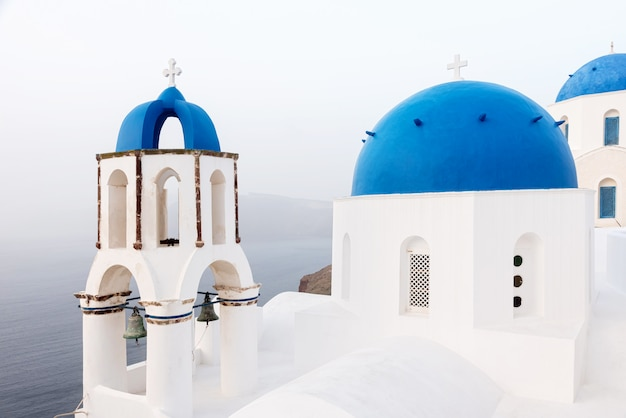 Cerkiew z niebieską kopułą na santorini