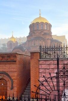 Cerkiew ze złotą kopułą w porannej mgle w rosyjsko-bizantyjskim stylu architektonicznym. syberia, rosja