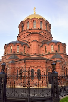 Cerkiew ze złotą kopułą w rosyjsko-bizantyjskim stylu architektonicznym. syberia, rosja