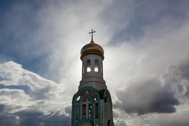 Cerkiew ze złotymi kopułami w jesienny słoneczny dzień, cerkiew wszystkich świętych w karpatach