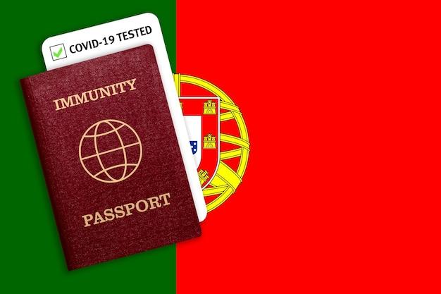 Certyfikat na podróżowanie po pandemii dla osób, które przeszły koronawirusa lub zrobiły szczepionkę i wynik testu na covid-19 na fladze portugalii