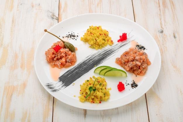 Ceviche. trzy kolorowe ceviche z krewetkami z mango, awokado i pomidorami.