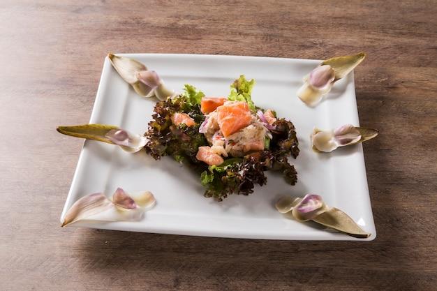 Ceviche z łososia, krab i sałatka z karczochami