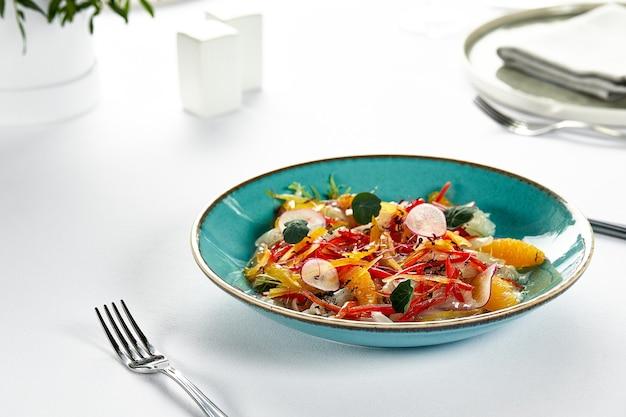 Ceviche z polędwicy rybnej, świeżo marynowana ryba w soku z cytrusów ze świeżymi warzywami i plastrami pomarańczy, marynowany okoń morski