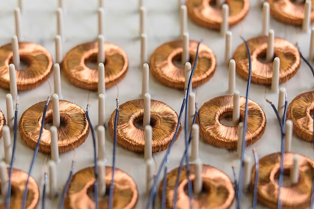 Cewki elektromagnetyczne na linii produkcyjnej w fabryce elektromagnetyki, zbliżenie,