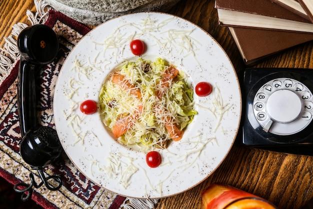 Cezar łosoś sałata pomidor cytryna parmezan anchois widok z góry