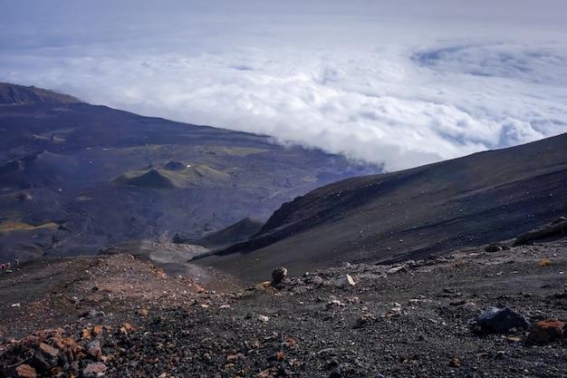 Cha das caldeiras ponad widokiem chmur z pico do fogo na wyspach zielonego przylądka w afryce