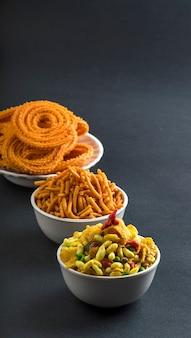 Chakli, chakali lub murukku i besan (mąka z gram) sev i chivada lub chiwada.
