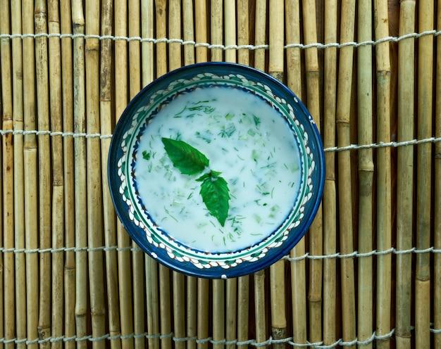 Chalap - napój wspólny dla kirgistanu i kazachstanu. składa się z qatiq, soli, kuchni środkowoazjatyckiej