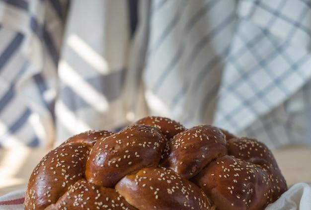 Chałka chleb lub tradycyjny żydowski chleb na drewnianym talerzu na drewnianym stole