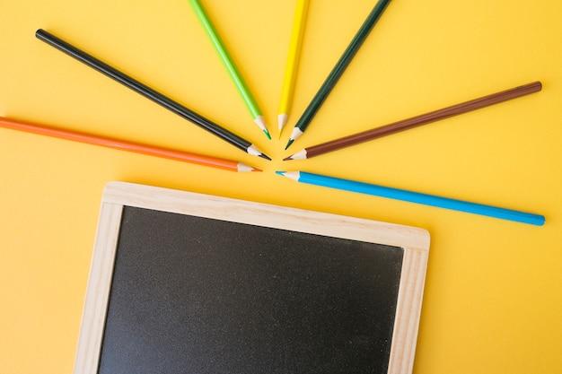 Chalkboard leżącego w pobliżu ostry ołówków