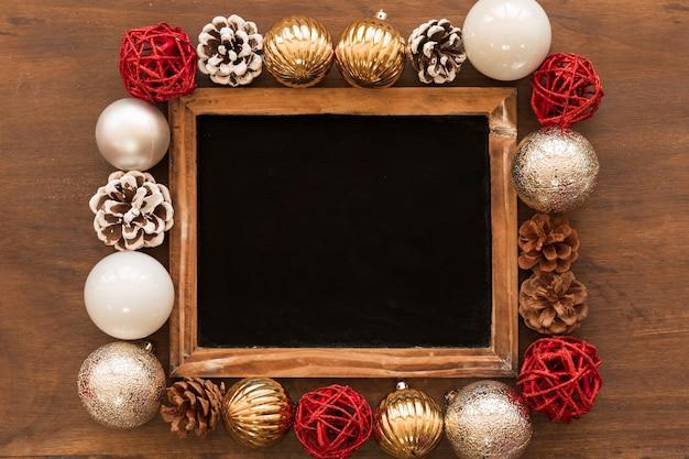 Chalkboard z jaskrawymi baubles na stole