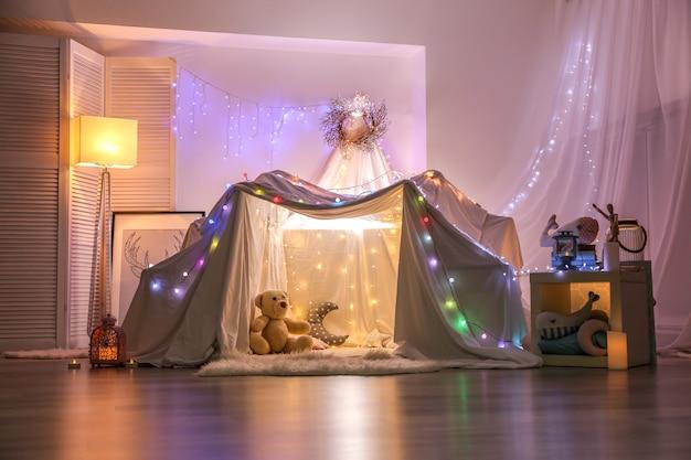Chałupa ozdobiona girlandą na przyjęcie dla dzieci w domu