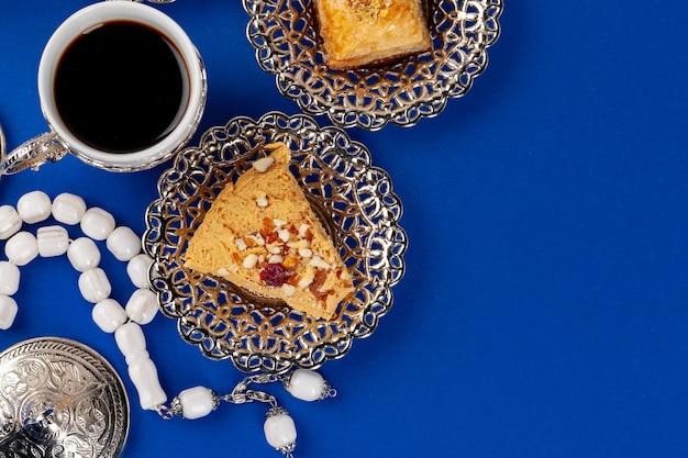 Chałwa deser z herbacianą filiżanką na błękitnym tle