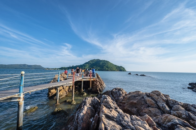 Chanthaburi, tajlandia-28 listopada 2020: nieznani ludzie na drewnianym moście z pięknym pejzażem morskim w punkcie widokowym jaedee klang nam baan hua laem miasto chanthaburi w tajlandii.