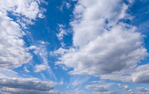 Charakter tła błękitne niebo z chmurą