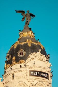 Charakterystyczne budynki przy ulicy gran via w madrycie, stolicy hiszpanii