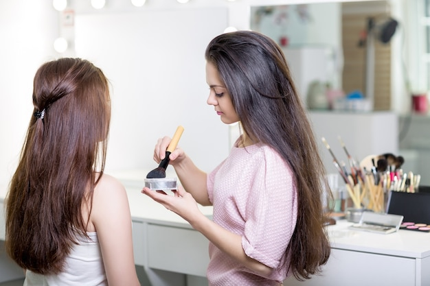 Charakteryzator robi makijaż