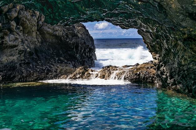 Charco azul wulkaniczna jaskinia, el hierro, wyspy kanaryjskie, hiszpania