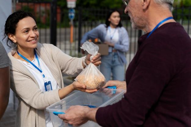 Charytatywna grupa wolontariuszy foodbank