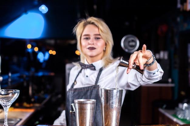 Charyzmatyczna barmanka kończy drinka w nocnym klubie