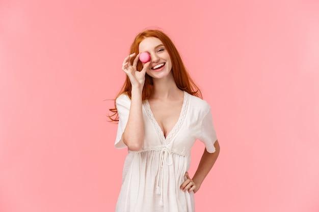 Charyzmatyczna ruda kobieta w talii portret w białej wiosennej sukience, pochyl głowę i uśmiechnięty beztroski