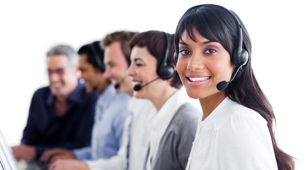 Charyzmatyczni przedstawiciele obsługi klienta z zestawem słuchawkowym