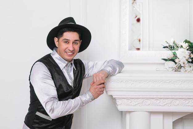 Charyzmatyczny mężczyzna w garniturze stojący w jasnym pokoju