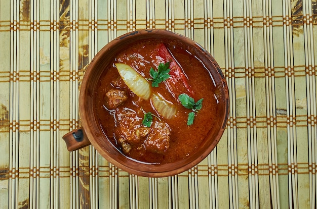 Chashushuli - pikantne mięso ste z bliska, kuchnia gruzińska