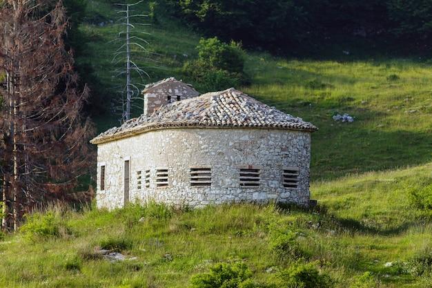 Chata górska colonei di pesina. chata zachowuje wszystkie charakterystyczne elementy pierwotnej organizacji terytorialnej z xviii wieku.