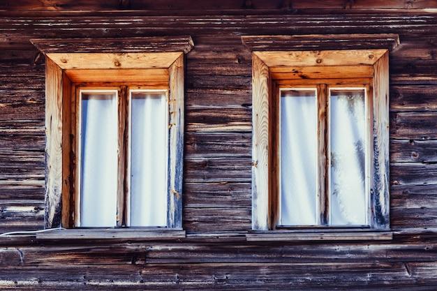 Chata i okna na stary drewniany dom