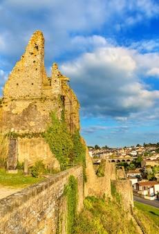 Chateau de bressuire - zrujnowany zamek w departamencie deux sevres we francji