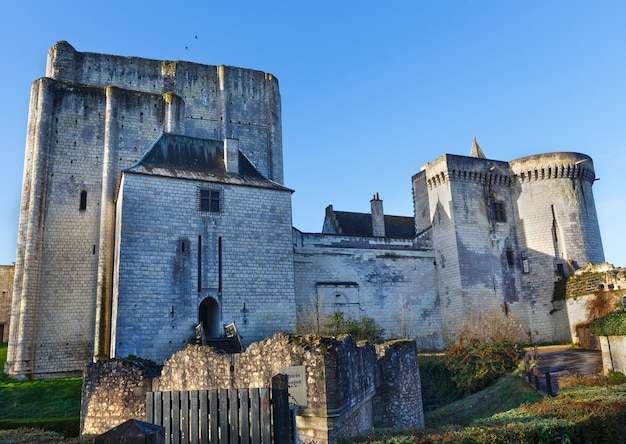 Chateau de loches w dolinie loary we francji. zbudowany w ix wieku.