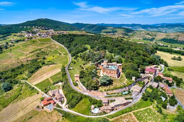 Chateau de montmelas, średniowieczny zamek w departamencie rodan, auvergne-rhone-alpes - francja