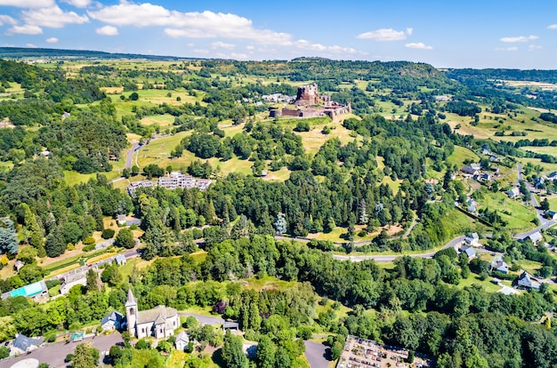 Chateau de murol, średniowieczny zamek w departamencie puy-de-dome we francji