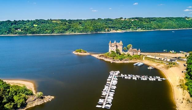 Chateau de val, średniowieczny zamek na brzegu rzeki dordogne we francji
