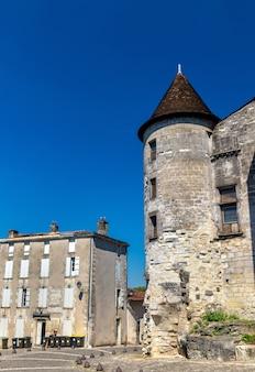 Chateau des valois, średniowieczny zamek w cognac - francja, charente