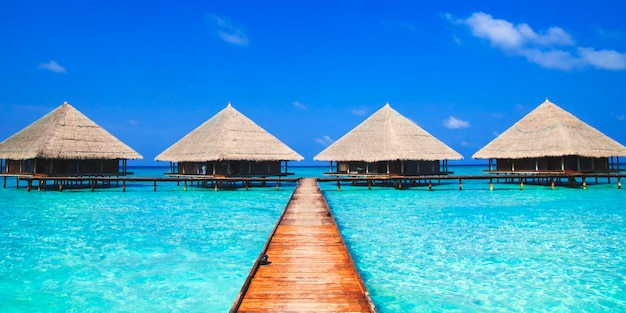 Chaty na niebieskim morzu