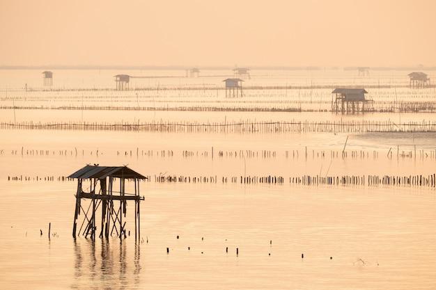 Chaty rybaka w bang taboon bay, na południe od tajlandii w świetle poranka