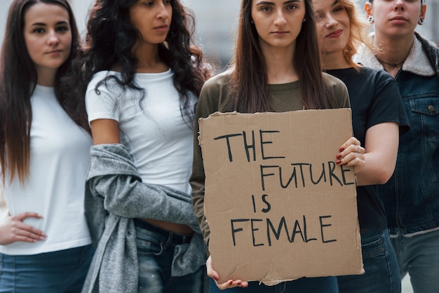 Chcą być dzisiaj wysłuchani. grupa feministek protestuje w obronie swoich praw na świeżym powietrzu