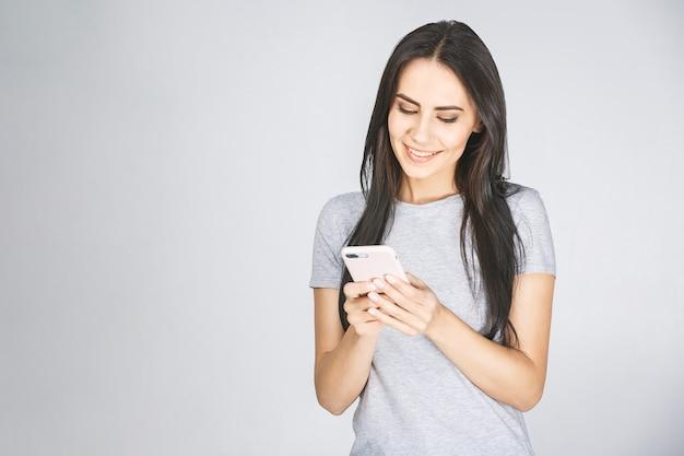 Chcę jak na instagramie! bliska portret zdjęcie atrakcyjne śmieszne wesoła pani toothy za pomocą trzymania w ręku komórek na białym tle nad białym tle.