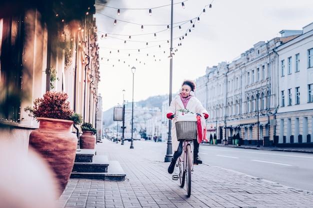 Chce zjeść. zadowolona osoba jeżdżąca na rowerze, wyrażająca pozytywne nastawienie